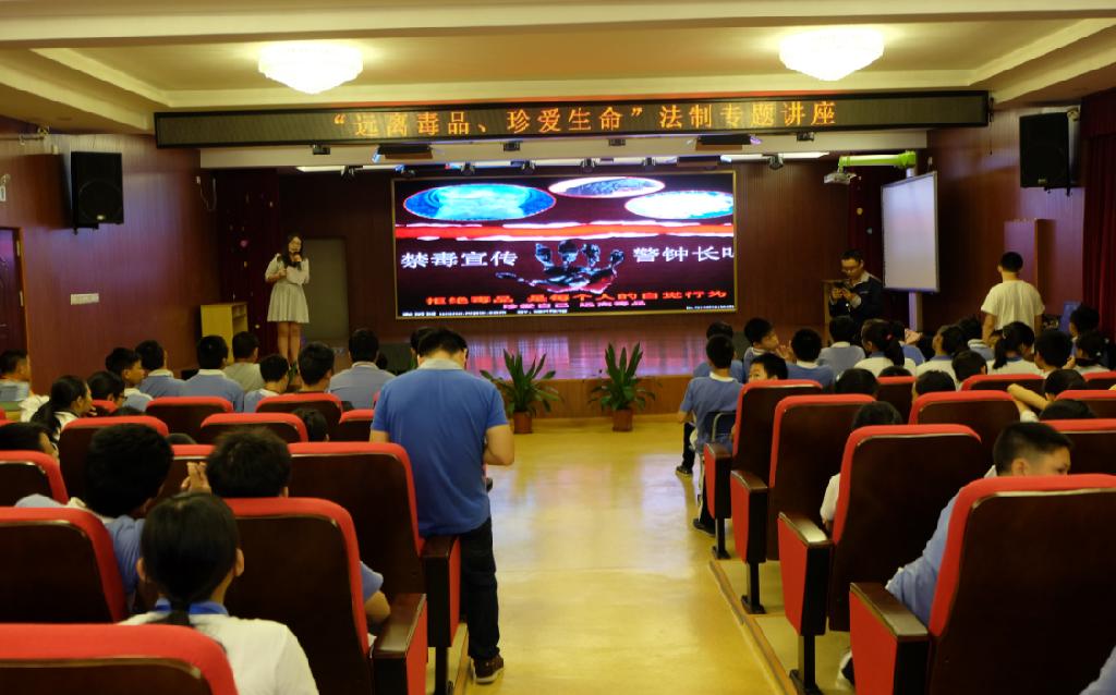 龙华公安分局缉毒大队吴老师为学生开展禁毒教育。